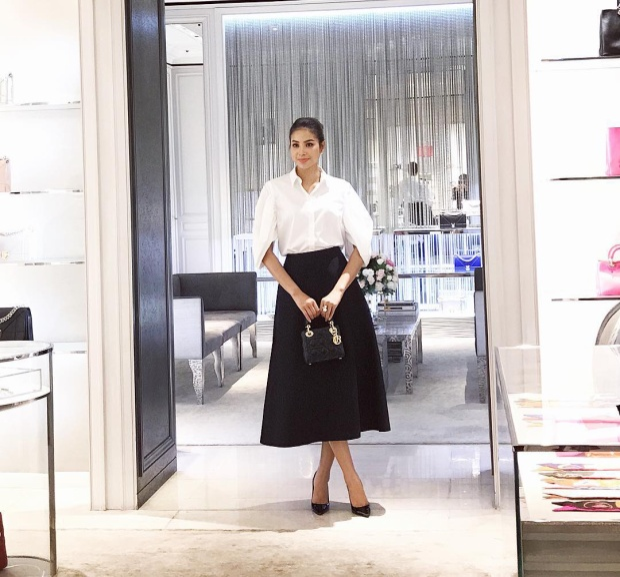 Quý cô Phạm Hương thanh lịch và đẳng cấp trong trang phục trắng đen cơ bản. Một lần nữa, người đẹp lại chứng tỏ kho túi hiệu đẳng cấp không thể thiếu Lady Dior.