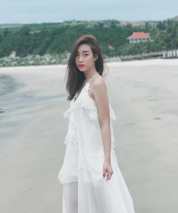Thanh thoát, thuần khiết trong bộ đầm trắng, Mỹ Linh tựa như nữ thần mong manh.