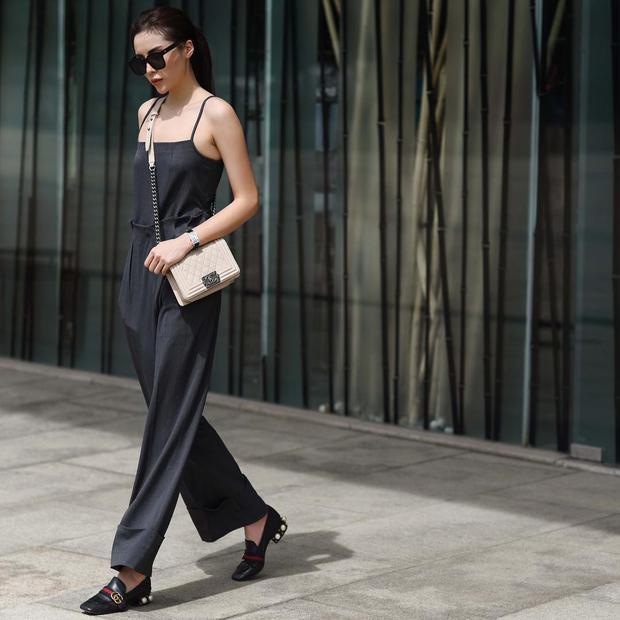 """Diện cả cây đen nhưng nàng hoa hậu vẫn thu hút ánh nhìn bởi loạt đồ hiệu """"chất lừ"""" từ túi xách Chanel Boy đến loafer """"kinh điển"""" của Gucci."""