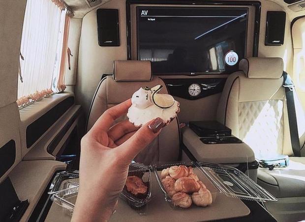 Đâu phải giới thiệu về chiếc bánh cupcake, cô gái trẻ muốn nhân đây khoe khoang về chuyên cơ của riêng mình.