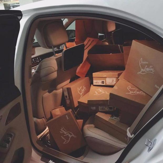"""""""Chiến tích"""" sau một buổi mua sắm là giày Louboutin (giá phổ biến từ 11 triệu - 26 triệu đồng/ đôi) được chất đầy cả xe."""