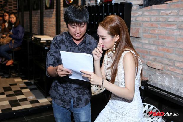 Minh Hằng trao đổi rất kỹ kịch bản chương trình trước khi buổi họp báo diễn ra.