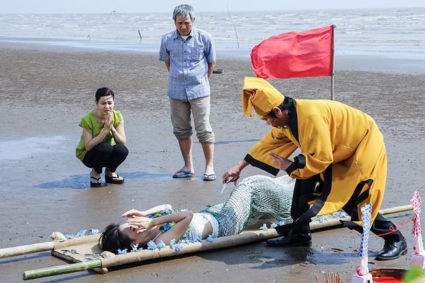 Bố mẹ của Mai (nghệ sĩ Trung Dân và Cát Phượng đóng) phải nhờ cậy thầy pháp… hiến tế con gái cho thủy thần.