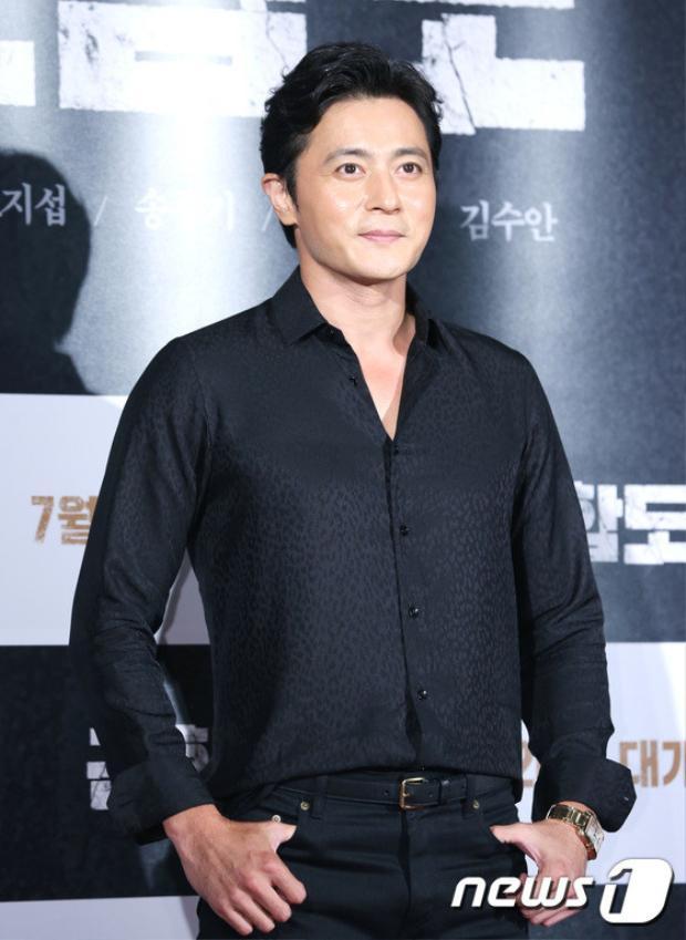 Nam diễn viên mang nét đẹp lãng tử Jang Dong Gun cũng xuất hiện tại sự kiện.