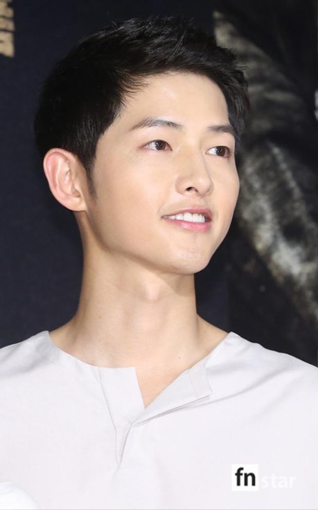 Dù không có vợ tương lai xuất hiện bên cạnh nhưng Song Joong Ki vẫn rạng ngời vui vẻ ra mắt tác phẩm tâm huyết mình thủ vai.