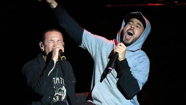 Shinoda và Bennington trên cùng sân khấu âm nhạc.
