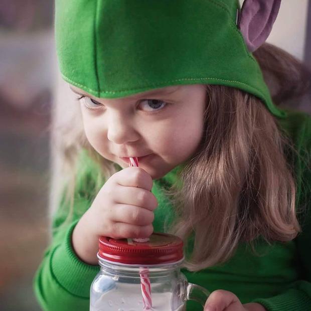 Nhưng mà em vẫn là bé con thôi nên vẫn cần được uống sữa mỗi ngày để có sức phụ giúp ông già Noel trao quà đi muôn nơi.