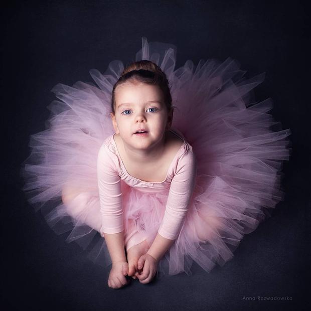 Bay bổng với trang phục đầm xòe lấy cảm hứng từ bộ môn ballet. nàng công chúa nhí ngọt ngào chắc chắn sẽ có một tuổi thơ tràn đầy màu sắc.