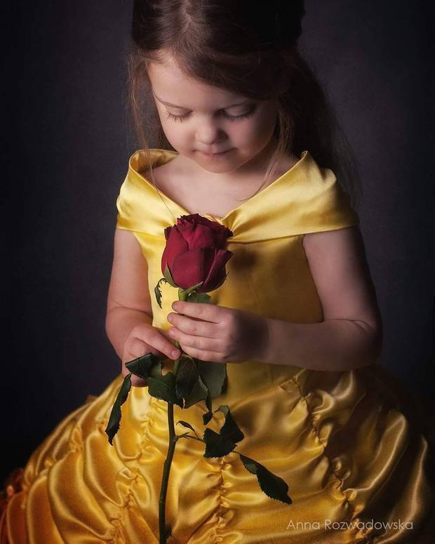 Ngay cả bông hồng đỏ cũng không thể rực rỡ được như em!