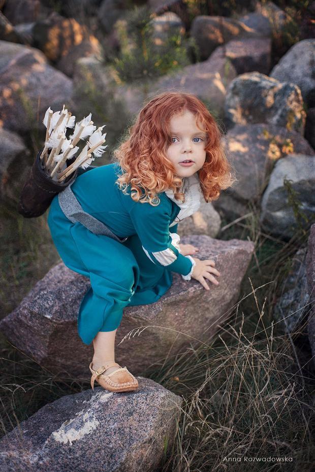 Với kiểu tóc bung xõa đỏ hung toát lên vẻ mạnh mẽ, khỏe khoắn, luôn trong tư thế bất chấp sẵn sàng sải bước, Merida em đây siêu thông thạo cưỡi ngựa trong rừng và có thể bắn cung thẳng vào mặt trời đó nha!