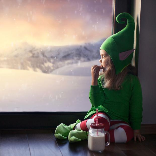Em còn hóa thân thành người giúp việc nhỏ bé của ông già Noel nữa đó nha!