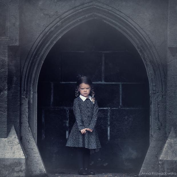 Nếu đã chán với hình tượng công chúa, em sẽ hóa thân thành Wednesday Addams nhỏ tuổi nhưng thông minh, láu cá, già đời và đáng sợ nhất trên màn ảnh rộng.