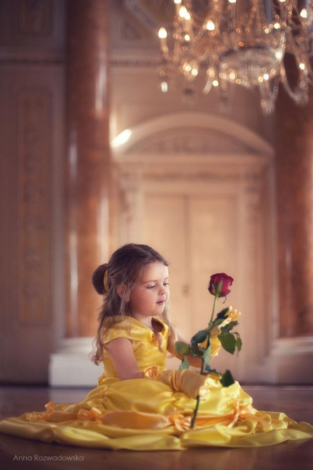 Lại là em đây, nàng Belle bị giam cầm trong một tòa lâu đài nguy nga bởi vị chủ nhân Quái vật dữ tợn.