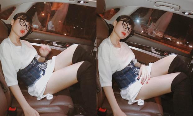 Combo corset belt phối áo thun basic trắng và giày boots cao là lựa chọn tối ưu khoe đôi chân dài.