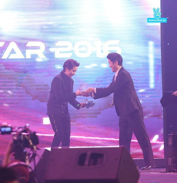 Ông Park Dong Jin trao giải thưởng Best V Star cho Gil Lê tại V Live Year End Party.