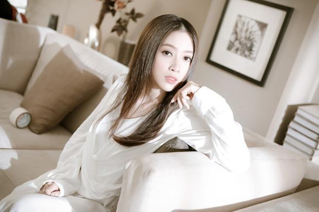 Khắc Việt luôn là chàng trai may mắn khi có những cô bạn diễn xinh đẹp trong MV.