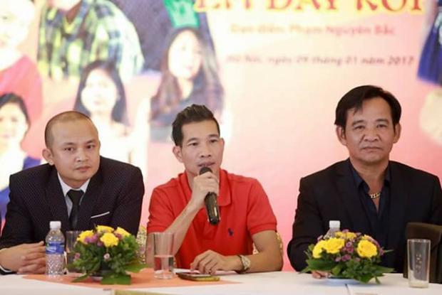 Phạm Nguyên Bắc (áo đỏ) và diễn viên Quang Tèo tại họp báo phim hài Tết hồi đầu năm 2017.