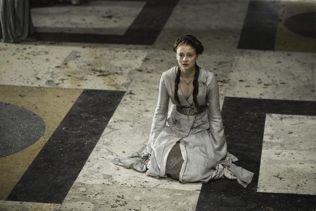 Sansa cam chịu hành hạ để được sống sót tại King's Landing.