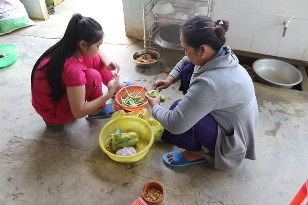 Cô bé giản dị vào bếp nấu nướng cùng mẹ…