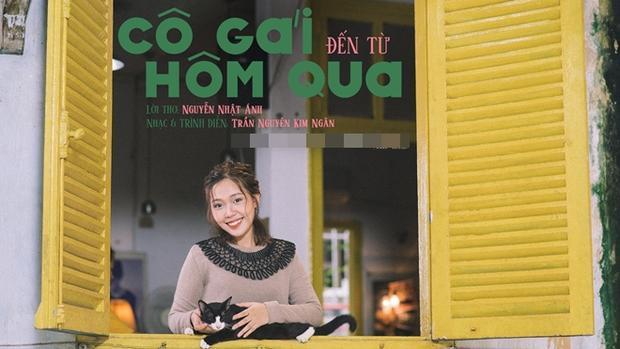 Trong MV này, Kim Ngân hóa thân thành một cô nàng nghệ sĩ dùng âm nhạc để kể lại câu chuyện của Thư Thơ Thẫn và Việt An từ bé đến lớn. Song song với những beauty-shot khai thác nét đẹp rất trong sáng của cô là những cảnh quay đắt giá được trích ra từ phim.