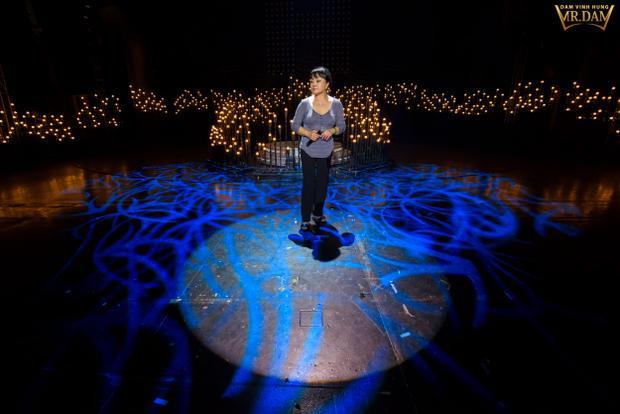 Mặc dù đang đau chân và sức khỏe chưa ổn định sau chuyến bay dài, danh ca Hương Lan vẫn có mặt rất sớm tại nhà hát Hoà Bình để gặp gỡ, trò chuyện cùng các nghệ sĩ cũng như tập luyện.