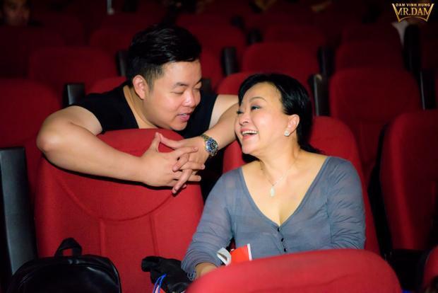 Quang Lê cũng có dịp hội ngộ hai huấn luyện viên của Thần tượng Bolero trong liveshow lần này không ngại lắng nghe những chia sẻ, góp ý của danh ca Hương Lan về cách hát, cách biểu diễn để mang đến sự sinh động cho tiết mục của mình.