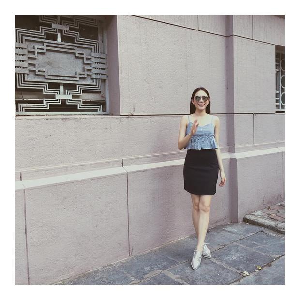 Họa tiết kẻ sọc xanh mang lại cho cô bạn vẻ ngoài trẻ trung, tươi mới. Bên cạnh đó, chân váy tối giản màu đen còn giúp khoe được ưu điểm đôi chân dài miên man.