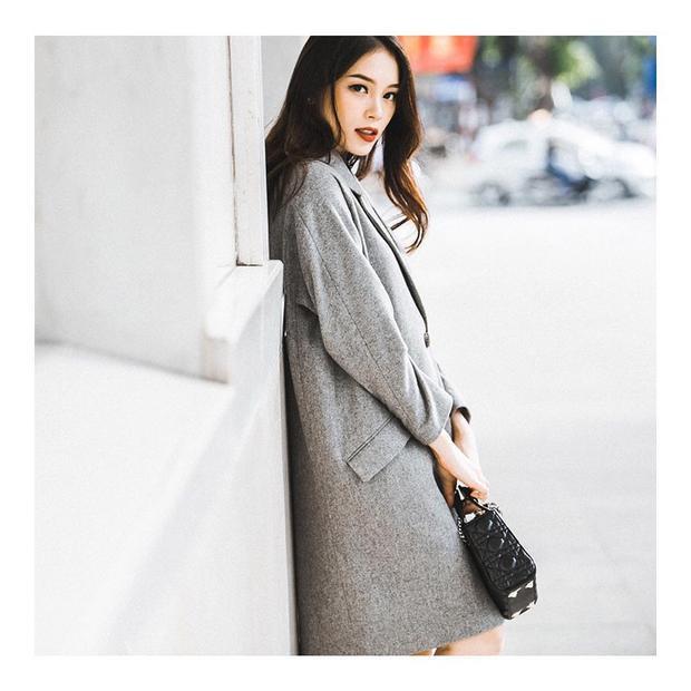 Mùa thu Hà Nội không thể thiếu những thiết kế coat dáng dài cho những lần xuống phố.Đi kèm với chiếc áo mang tông màu ghi trầm này là mẫu túi đến từ nhà mốt Dior.