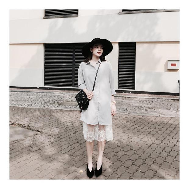 Ở một diễn biến khác, cô nàng lại thể hiện sự phối đồ tài tình khi kết hợp các tông đen từ nón, túi đến giày cao gót để làm bật được mẫu đầm sơmi trắng.