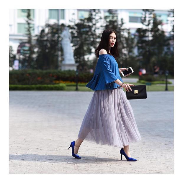 Là hotgirl đình đám ghi điểm với gout thời trang biến hóa đa dạng, Linh Rin chẳng khác gì một fashionista chính hiệu. Linh hoạt trong cách chọn màu, hai sắc xanh - tím đậm nhạt khác nhau nhưng lại khéo léo hòa quyện trong cùng một set đồ khiến cả tổng thể nổi bần bật.