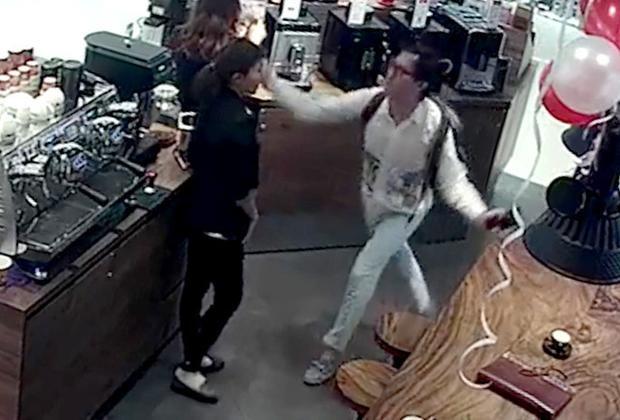 Ông Vũ Khánh tát vào mặt nữ nhân viên. Ảnh: Cắt từ clip.