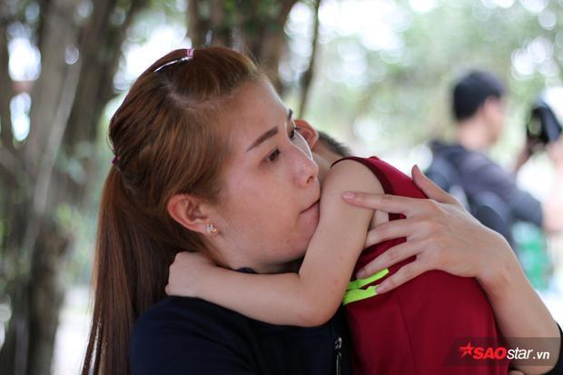 Bin không ngừng ôm hôn mẹ thắm thiết.