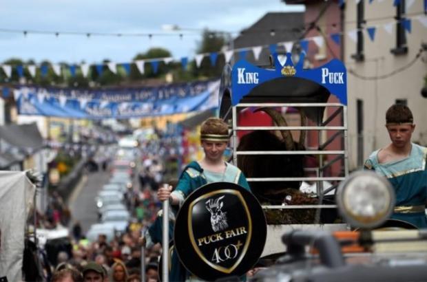 Vua dê Puck được hộ tống diễu hành trên đường phố của thị trấn.