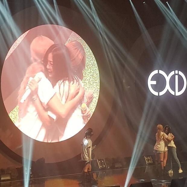 Lần đầu xuất hiện trên sân khấu với đội hình 5 người sau 8 tháng, các thành viên EXID đều không kìm nén được nỗi xúc động.