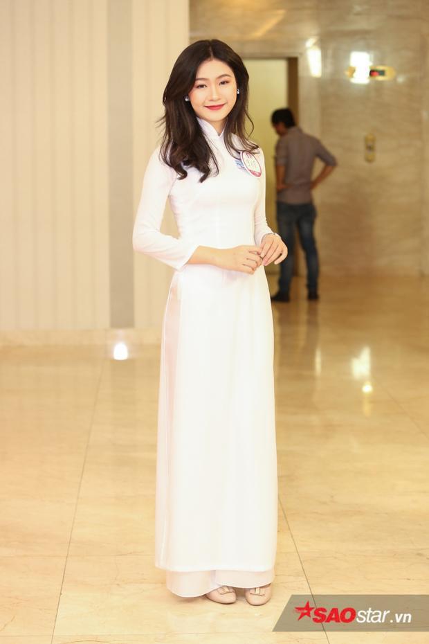Thí sinh Đậu Hải Minh Anh xinh đẹp, dịu dàng trong tà áo dài với số lượng vote hơn 1K. Cô nàng sinh năm 1999 từng đạt được rất nhiều thành tích trong các cuộc thi.