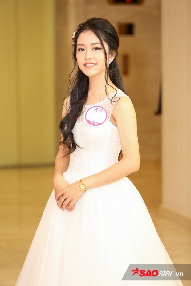Không chỉ đầu tư trang phục khủng, cô nàng còn chỉn chu khi chọn layout makeup tóc và trang điểm trẻ trung, nhẹ nhàng.