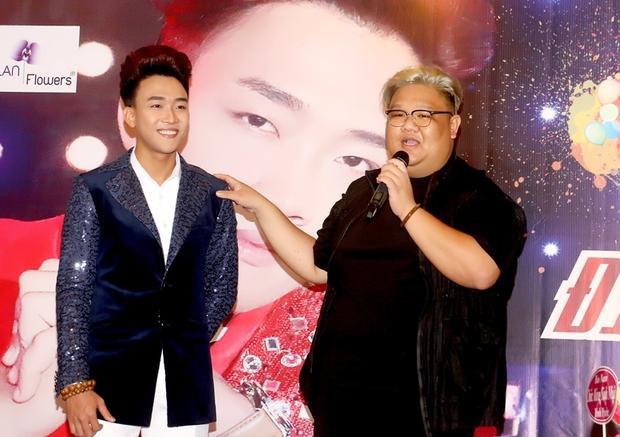 """Vương Khang cũng đến chúc mừng """"soái ca bolero"""" Đình Phước."""