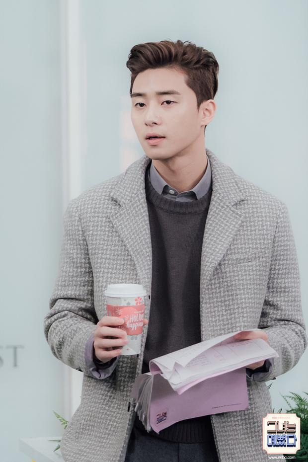 Bối cảnh tương tự tại tòa soạn nhưng trông Park Seo Joon vẫn rất tự nhiên.