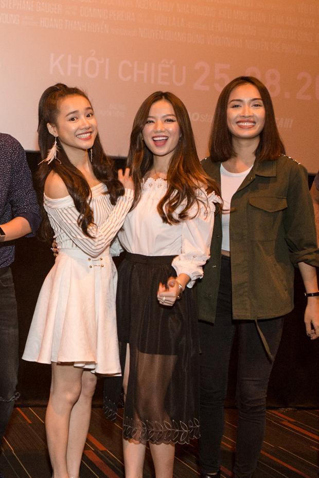 Đáng yêu khi đứng cạnh Hạ Anh và đàn chị Ái Phương.