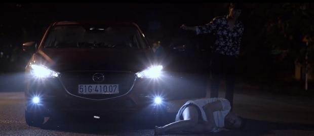Thiên (Trần Phong) tông xe vào Khánh.