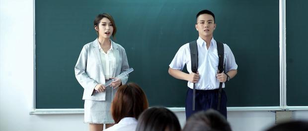 Cô giáo chủ nhiệm (Khổng Tú Quỳnh) giới thiệu Khánh - học sinh mới của lớp.