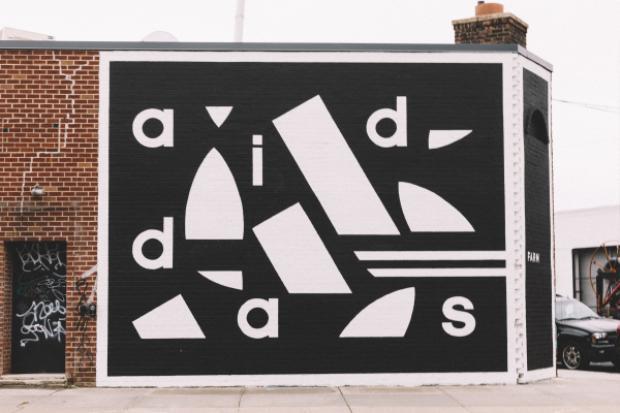 Hình ảnh bên ngoài của Brooklyn Creator Farrm, với logo thương hiệu quen thuộc đầy phá cách. Tuy chỉ với hai màu trắng đen nhưngngay từ thiết kế bên ngoài đã tạo nên cảm giác đầy trẻ trung, sáng tạo và ấn tượng cho mọi người.
