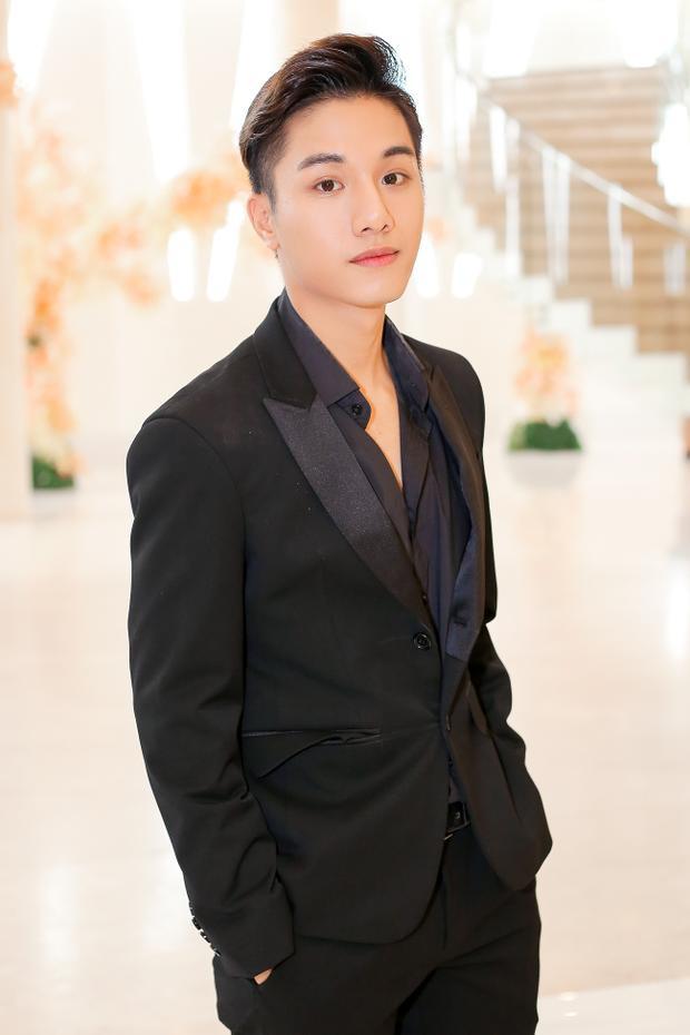 Trái ngược Huỳnh Tiên, Juun Đăng Dũng lại là ca sĩ trẻ. Anh khiến giới mộ điệu bất ngờ khi xác nhận trở thành nhà thiết kế trong show.