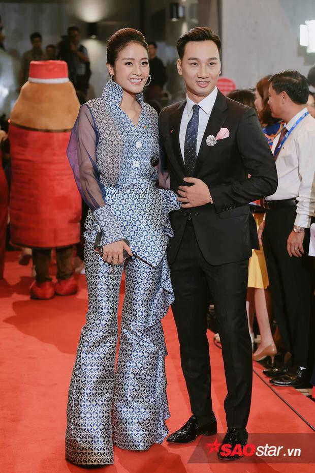 MC Thành Trung điển trai, lịch lãm bên cạnh MC Phí Linh xinh đẹp.