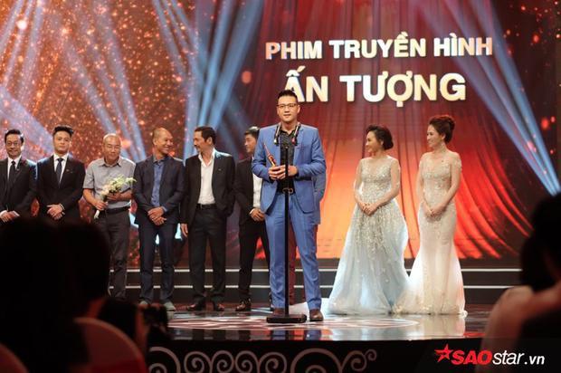 Đạo diễn Khải Anh đại diện cho ekip sản xuất Người phán xử nhận giải thưởng danh giá của VTV Awards 2017.