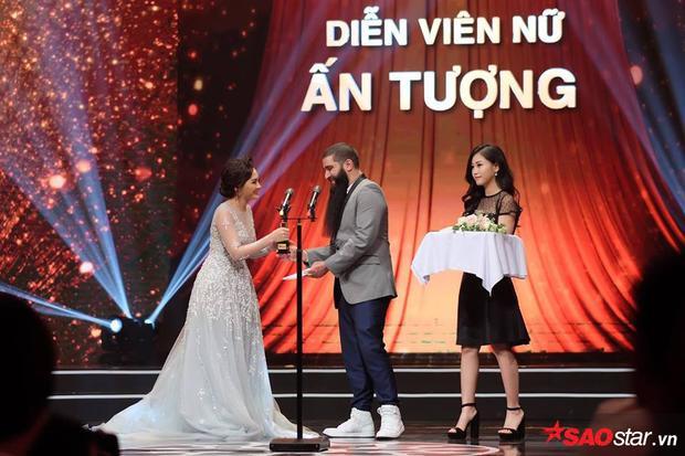 Đạo diễn phim Kong - Jordan Vogt-Roberts trao giải cho Bảo Thanh.