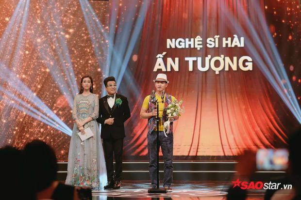 Nghệ sĩ Thanh Bạch và Hoa hậu Việt Nam 2016Đỗ Mỹ Linh trao giải Nghệ sĩ hài ấn tượng cho NSƯT Xuân Bắc.