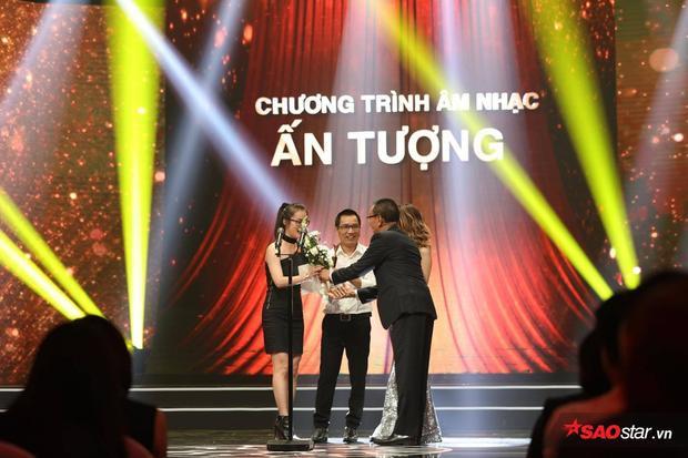 Nhà báo Ngô Bá Lục - Đại diện nhà sản xuất Sing My Song - Bài hát hay nhất nhận giải Chương trình âm nhạc Ấn tượng của năm.