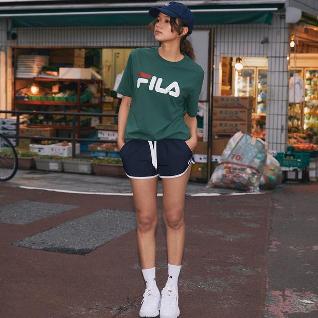 Áo t-shirt của Fila mang form dáng và màu sắc vô cùng vintage.