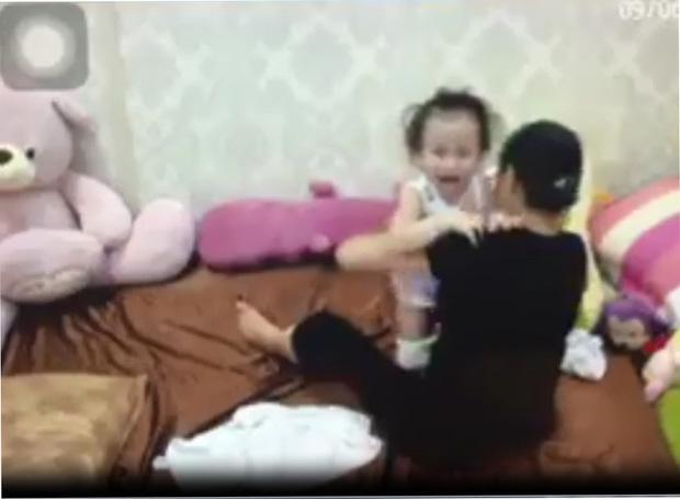 Mặc cho đứa bé liên tục gào khóc.